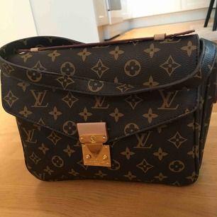 Louis Vuitton replika. Inköpt i USA. Skinn, väldigt bra kvalitet och använd endast några gånger. Endast seriösa köpare tack!