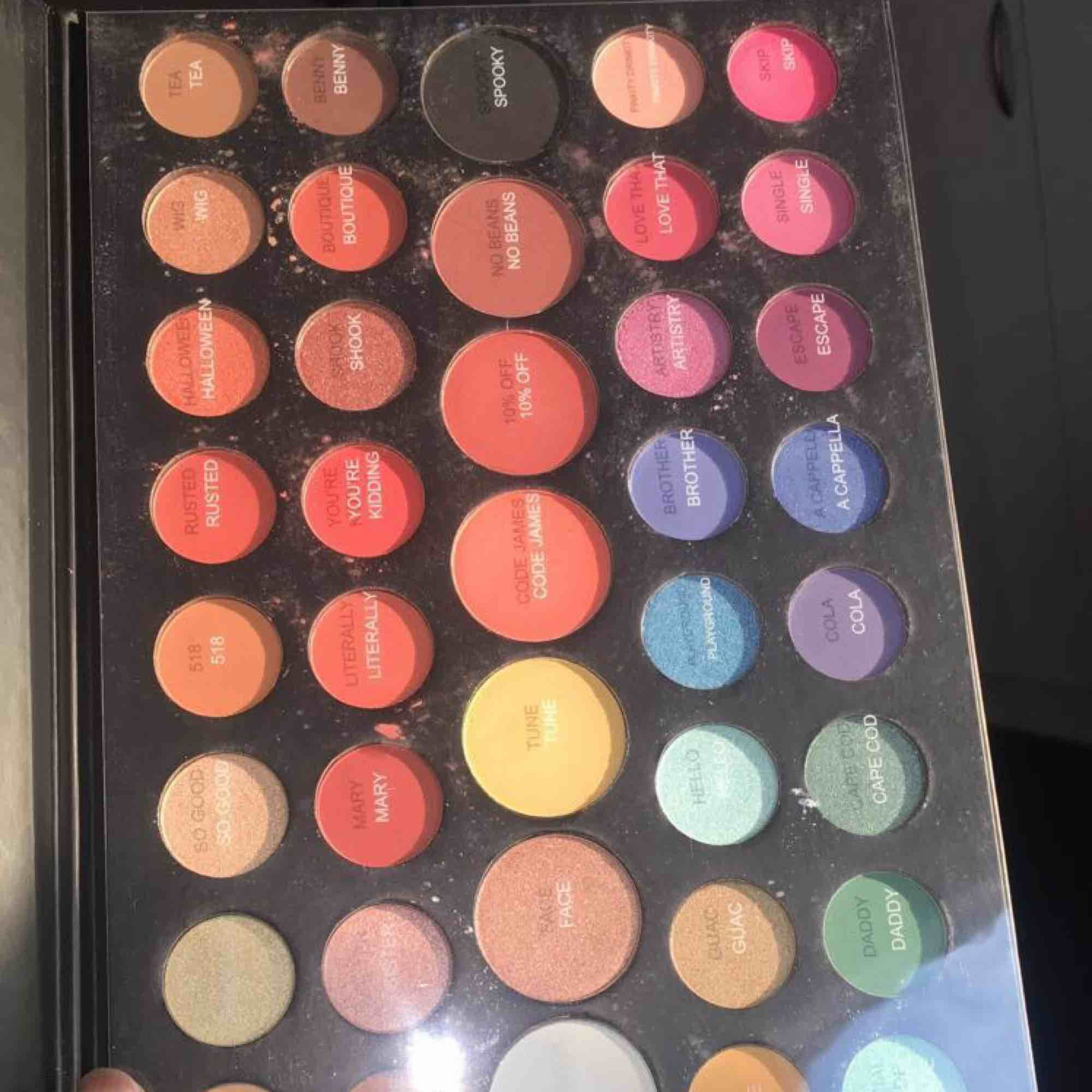 Säljer min morphe eye shadow palett på grund av jag har två stycken och använder inte den ändra. Helt ny och pigment.. Accessoarer.