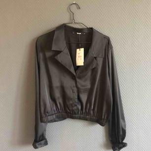 Frakt ingår i priset! ✨Oanvänd, silkesskjorta i kortare modell.