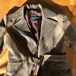Skitsnygg läderjacka med figurnära passform! Köpt på second hand i Paris, säljer pga får ingen användning för den