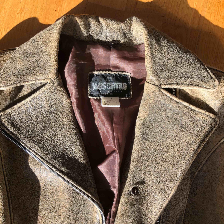 Skitsnygg läderjacka med figurnära passform! Köpt på second hand i Paris, säljer pga får ingen användning för den. Jackor.