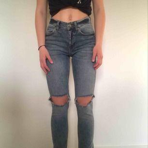 Cheap Monday jeans. I stl 24/ XS ev S. Köpa för ett par månader sen.Dem är unisex och passar alla. Dem är normala i midjan. Frakt tillkommer. Pris går att diskutera vid snabb affär. Kan mötas upp i Stockholm. Betalning sker endast (!!) via Swish