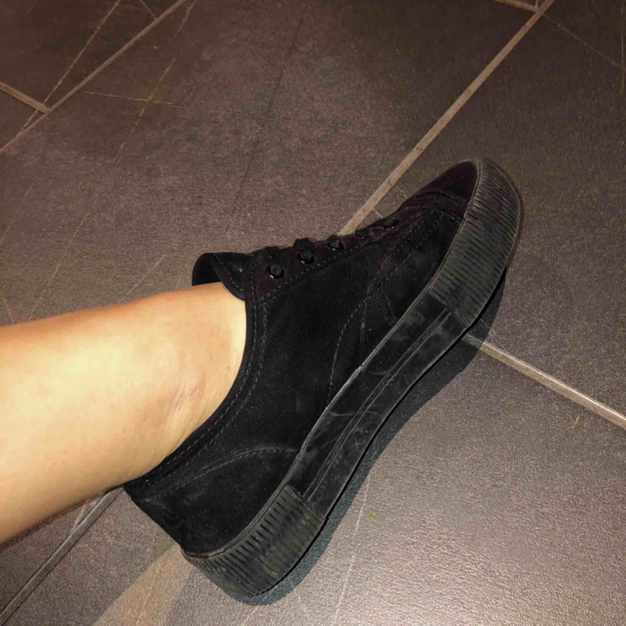 Svarta skor med högre sula ifrån hm leternite. Lite puma inspererade Ganska använda men inga slitningar. Ser smutsigare ut på bilderna med blixt ön verkligheten. (Jag som har stora fötter känner mig ej klumpig i de hahah). Övrigt.