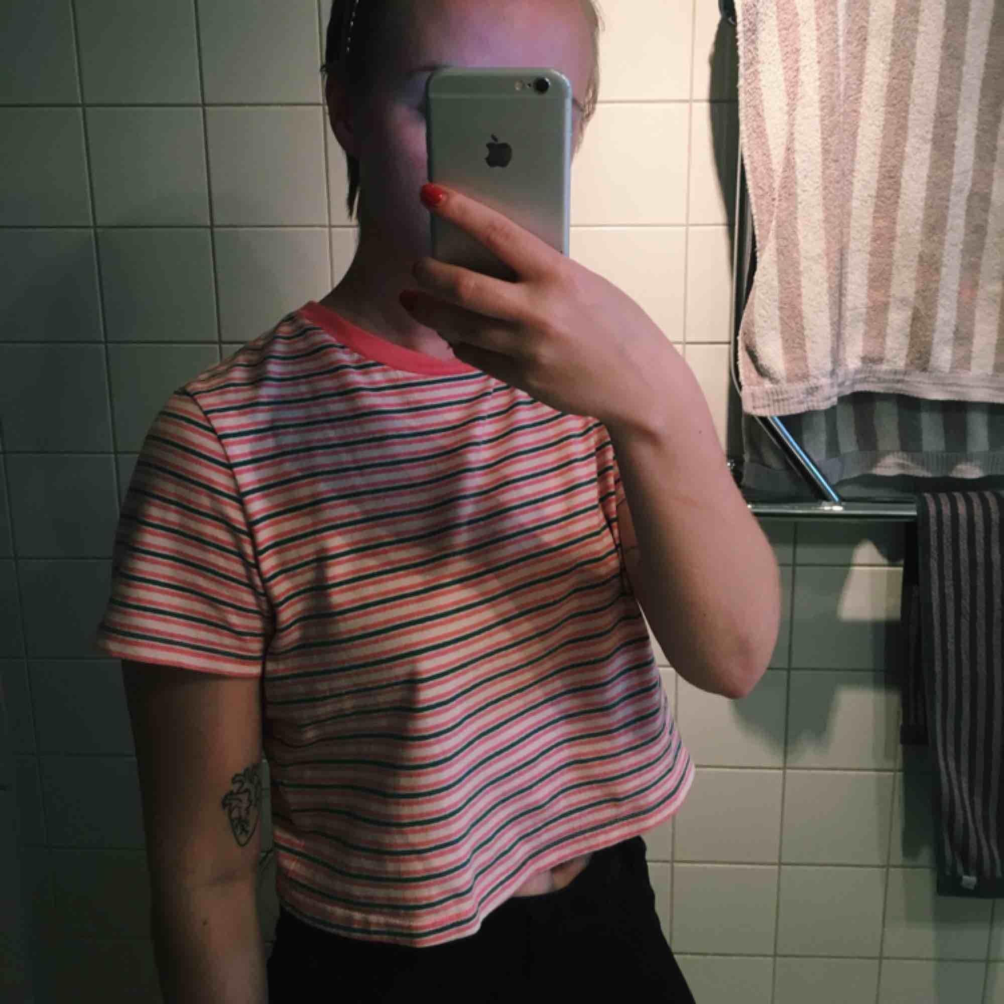 En jättemysig mörkgrön/rosa/vitrandig tshirt från urban outfitters, köptes för några år sedan men är i mycket bra skick, säljes pga, används inte. Den är lite croppad✨💕🌹. T-shirts.