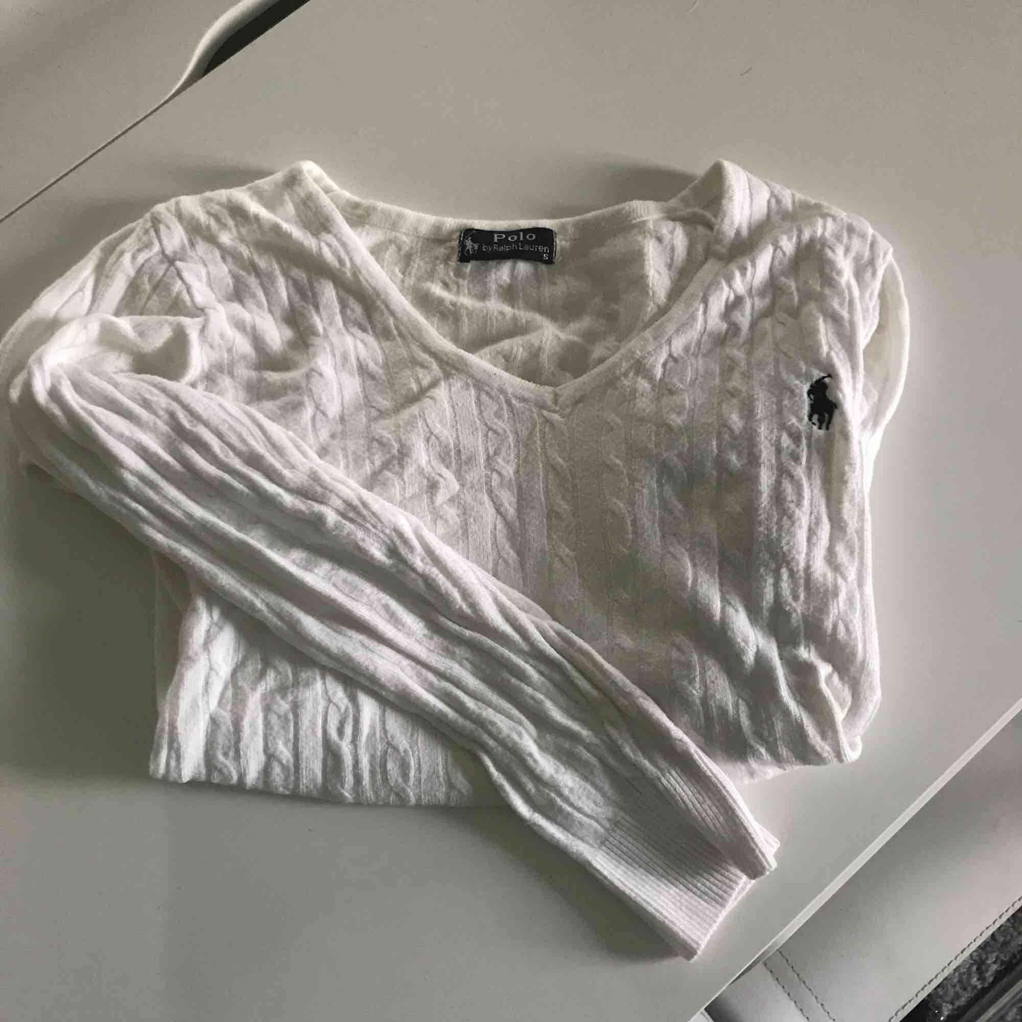 Vit, kabelstickad, tunnare Ralph Lauren tröja. Nypris 1099. Som ny. Stickat.