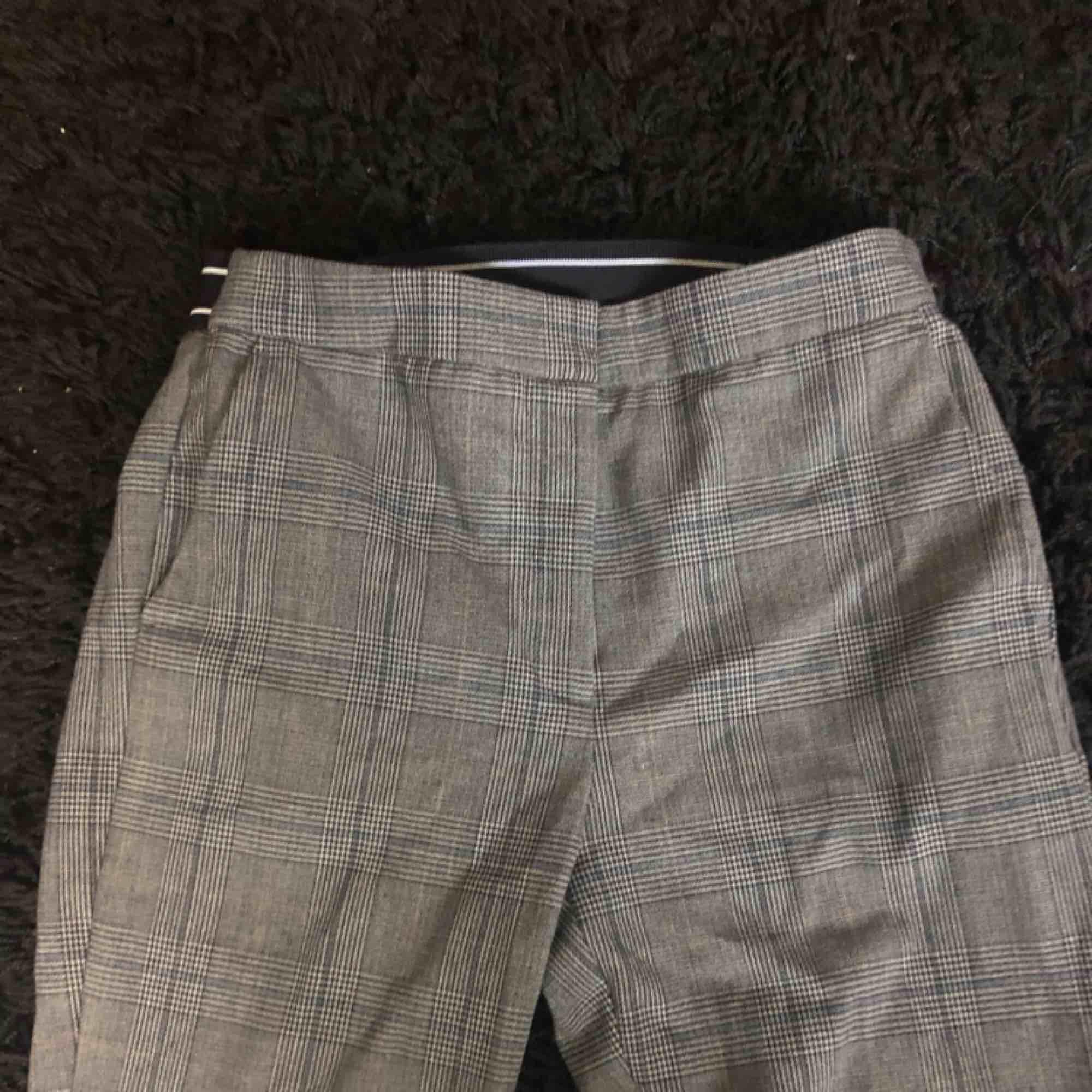 extremt snygga kostymbyxor använda fåtal gånger då jag växt ur de snabbt frakt 30 kr. Jeans & Byxor.
