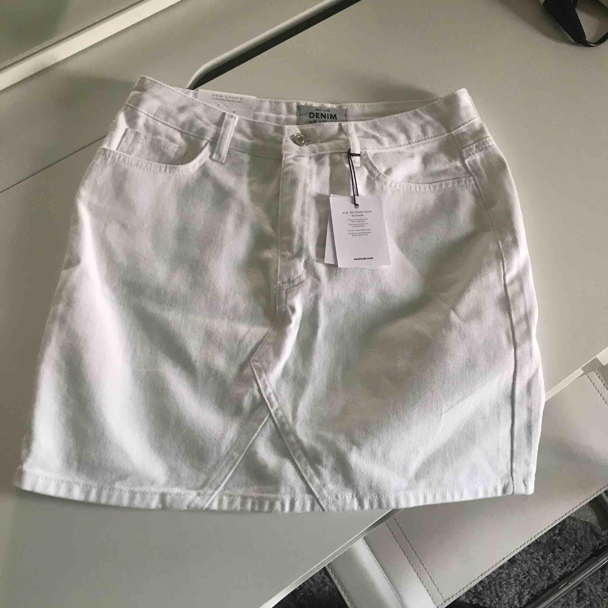 Helt ny, vit jeanskjol som jag säljer pga fel storlek.. Kjolar.