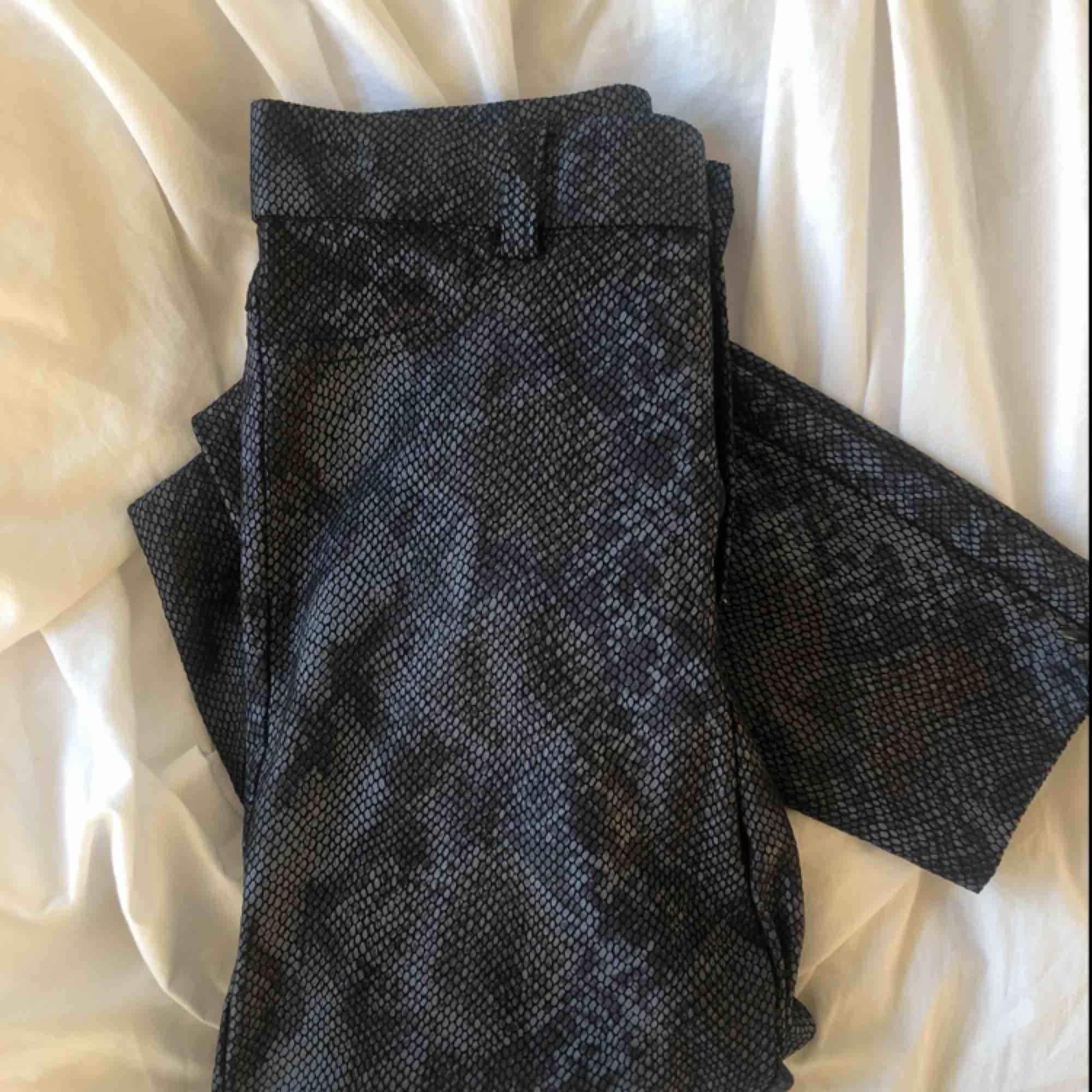 Fina skinnbyxor/leggings i ormskinns imitation från Zara. Knappt använda då de inte är min stil, frakten bjuder jag på❣️ . Jeans & Byxor.