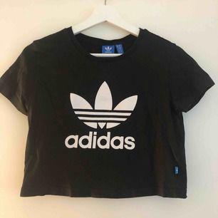 Frakt ingår. En lite kortare adidas t-shirt som har ett pyttelitet märke på själva märket, därav billig. ⚡️🤟🏼