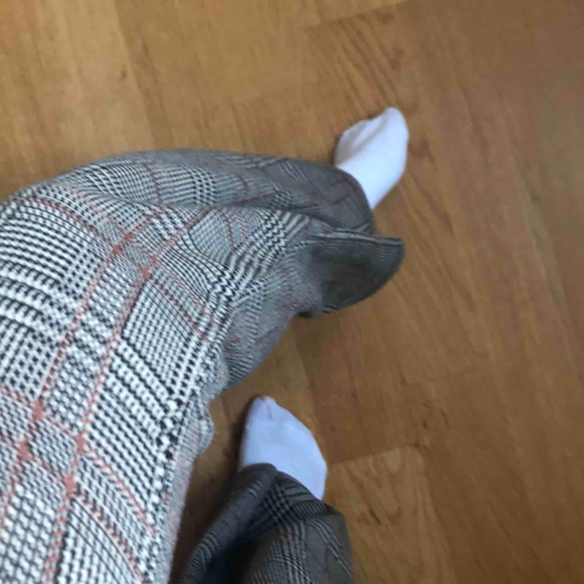 jätte fina utsvända brunaktiga byxor från pull and bear använda ca 3 gånger de är lite korta för mig som är 170 38/M men är lite små i storleken  pris inkl frakt. Jeans & Byxor.