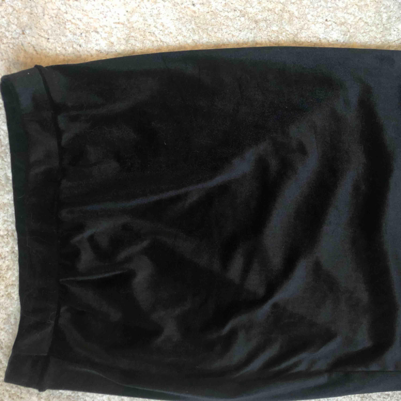 En sammetskjol från Nelly som inte finns kvar i deras lager (tror jag). Använd endast 1 GÅNG. Snygg till fest, frakt ingår⚡️🤟🏼. Kjolar.