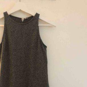 Frakt ingår🤟🏼⚡️ en klänning som slutar under rumpan men över knävecken. Fick inte plats med hela i förstavelsen, därav blev det två.