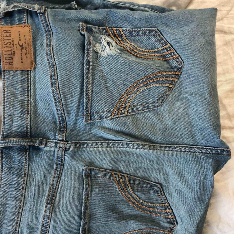 Ett par jeans från Hollister, använda 3gånger, om ens det. Bra skick och frakt ingår⚡️🤜🏽. Jeans & Byxor.