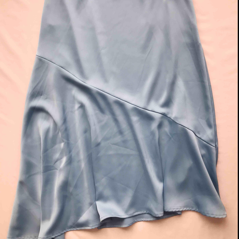 Superfin kjol från Lindex i ljusblått • väldigt smickrande material, perfekt i sommar • i storlek 40 men bör även passa storlek 36/38 bra • aldrig använd! ☁️Frakt tillkommer☁️. Kjolar.