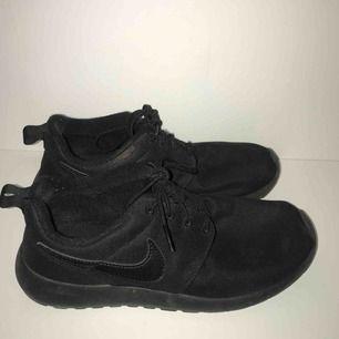 Ett par svarta Nike-skor i storlek 38. Fraktar gärna men köpare står för fraktpris :)