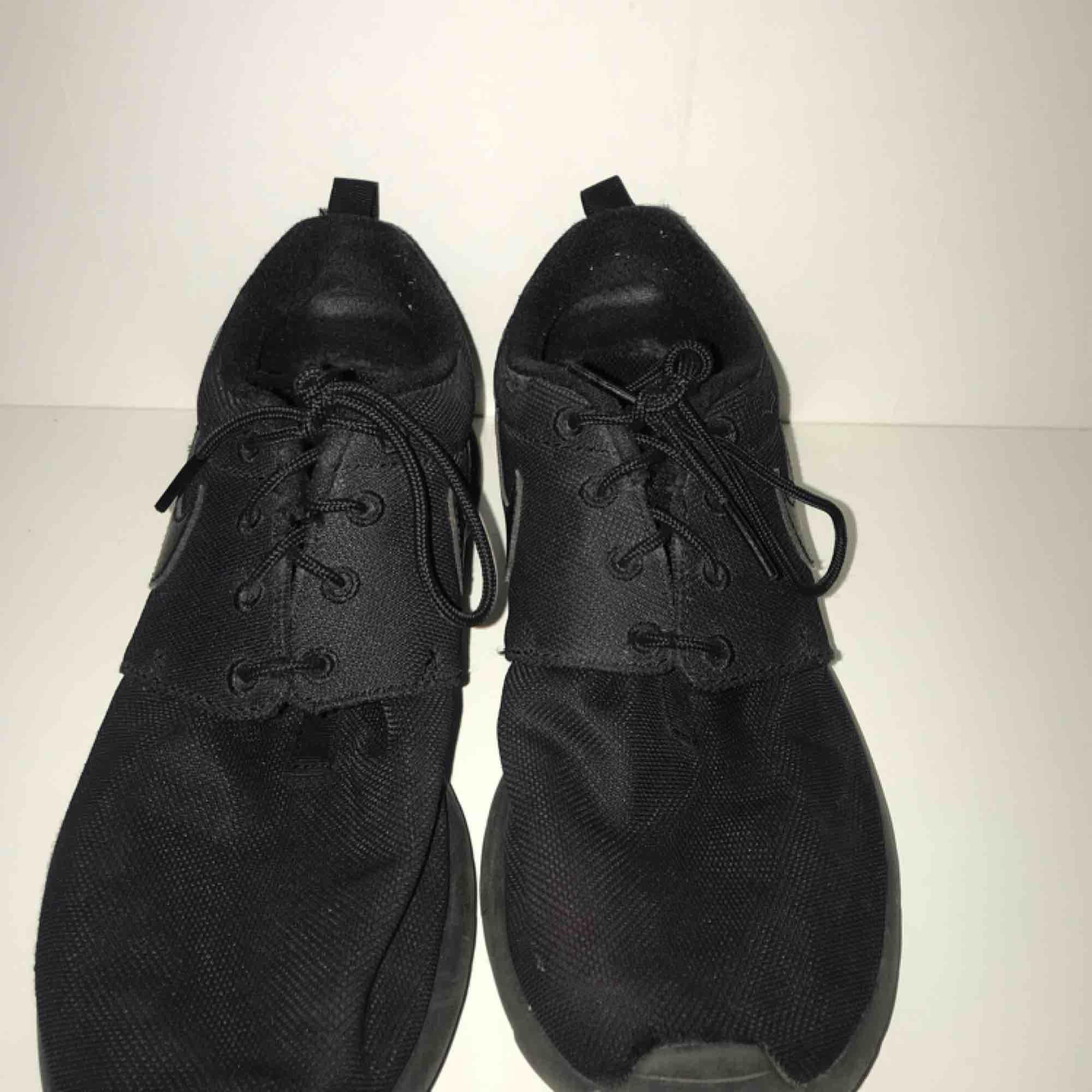 Ett par svarta Nike-skor i storlek 38. Fraktar gärna men köpare står för fraktpris :) pris kan diskuteras. Skor.