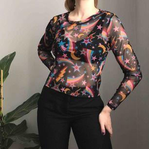 Fin transparent tröja i svart med långa ärmar och rymdinspirerat mönster i gul, röd, rosa och blå från Monki • storlek M, använd ett fåtal gånger! ☁️Frakt tillkommer☁️