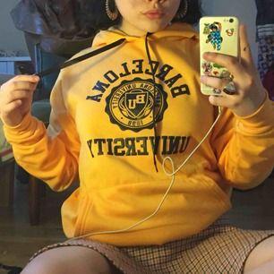 """En söt sol gul hoodie med trycket """"Barcelona University"""" köpt i Barcelona men är inte i min stil så jag vill gärna hitta ett hem till den☺️☺️ möts i Stockholm eller så står betalaren för frakten"""