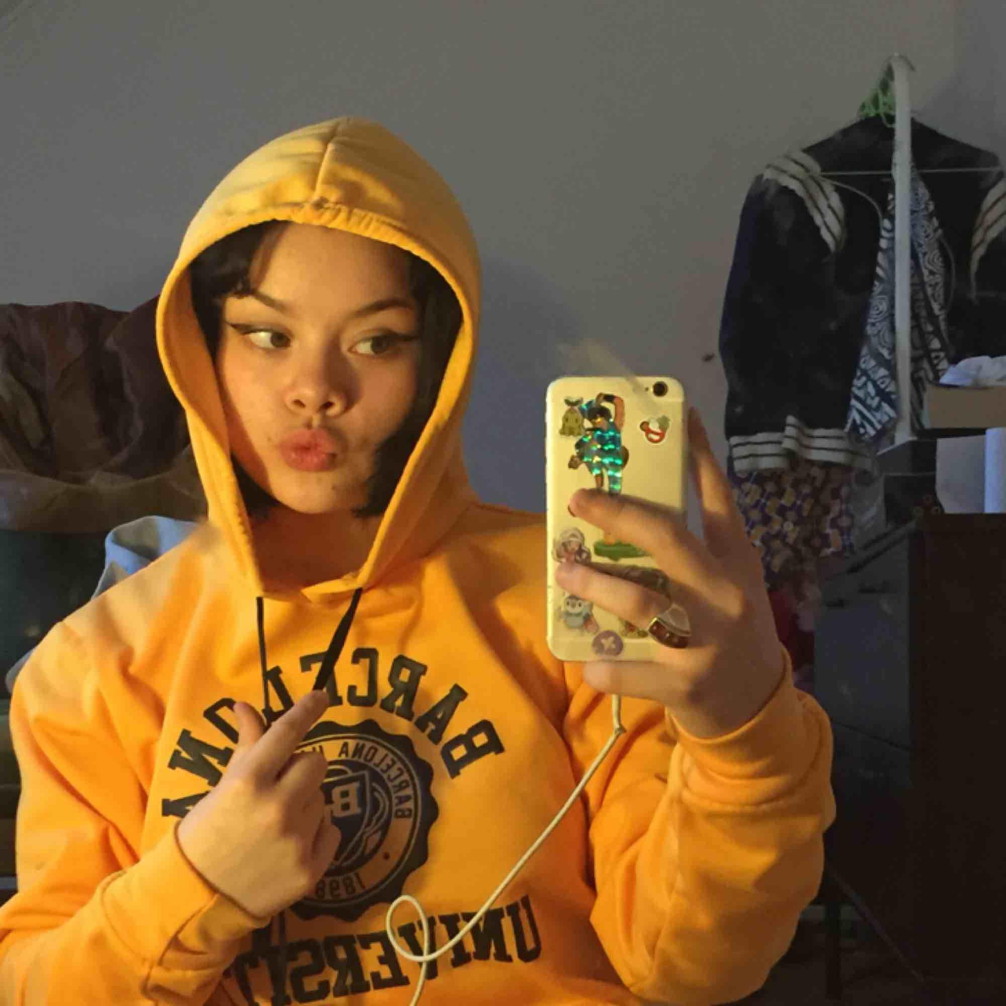 """En söt sol gul hoodie med trycket """"Barcelona University"""" köpt i Barcelona men är inte i min stil så jag vill gärna hitta ett hem till den☺️☺️ möts i Stockholm eller så står betalaren för frakten . Huvtröjor & Träningströjor."""