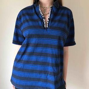 Riktigt unik blårandig tröja från Tommy Hilfiger med dragkedja fram • 100% bomull, i bra skick • köpt vintage i new york ☁️Frakt tillkommer☁️