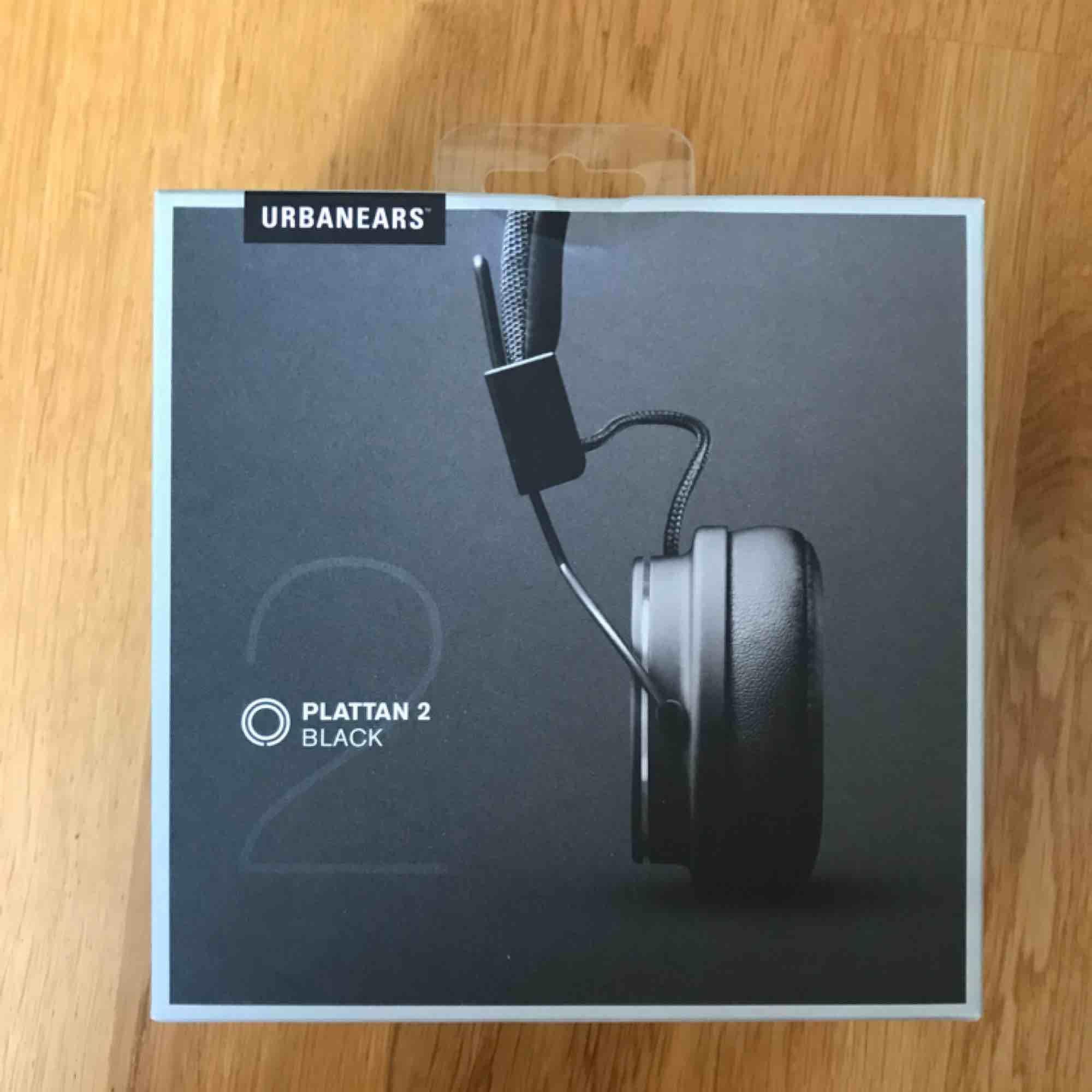 Nya hörlurar, ej trådlösa och passar till de runda hörlurehålen.  Nypris 399 kr Helt oöppnade säljs pga felköp.. Övrigt.