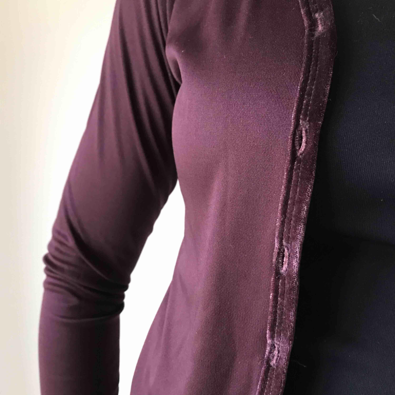 💌Frakt ingår! 💌 Bedårande kofta i mörklila med detalj i sammet från Hennes • storlek S, i mycket bra skick! . Tröjor & Koftor.