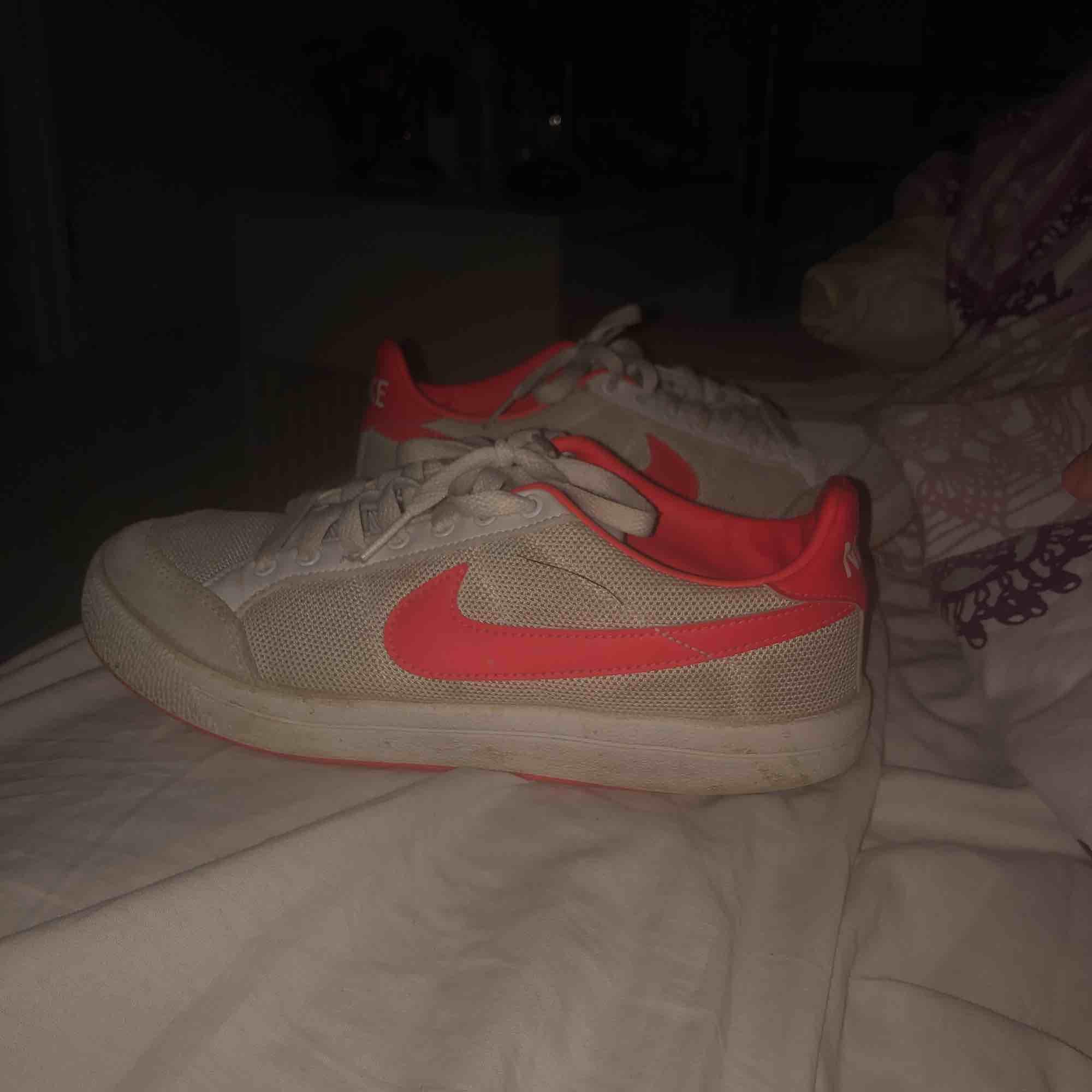 Ett par fina Nike skor i storlek 38,5 men passar folk med 39 oxå. Ganska smutsiga men de borde gå bort i tvätten, annars inga fel på dem. Kan mötas upp i Göteborg annars står köparen för frakt:). Skor.
