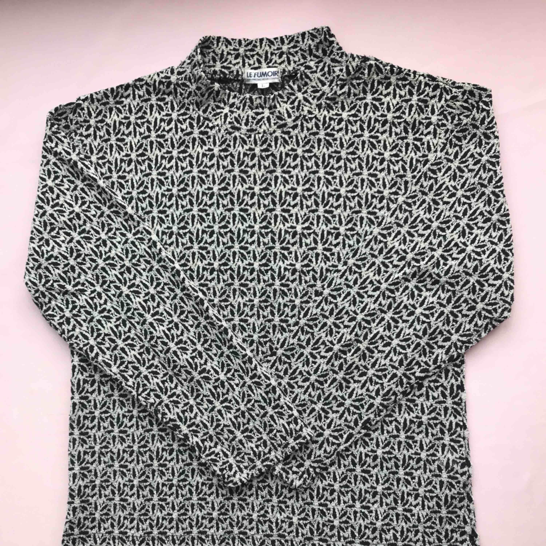 💌Frakt ingår! 💌 Vintage polotröja i svart och vit med ett fint blommönster • köpt i Amsterdam, från märket Le 'Fumoir • storlek L men passar även M, i mycket bra skick • tunt material så perfekt för vår och sommar . Tröjor & Koftor.