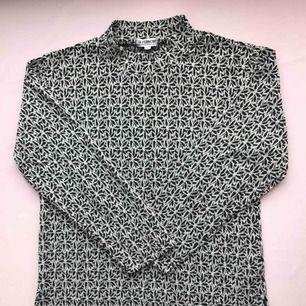 Vintage polotröja i svart och vit med ett fint blommönster • köpt i Amsterdam, från märket Le 'Fumoir • storlek L men passar även M, i mycket bra skick • tunt material så perfekt för vår och sommar ☁️Frakt tillkommer☁️