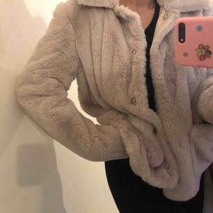 Säljer en superfin Teddy jacka ifrån H&M. Använd endast 1 gång. Toppen skick och superskön!!