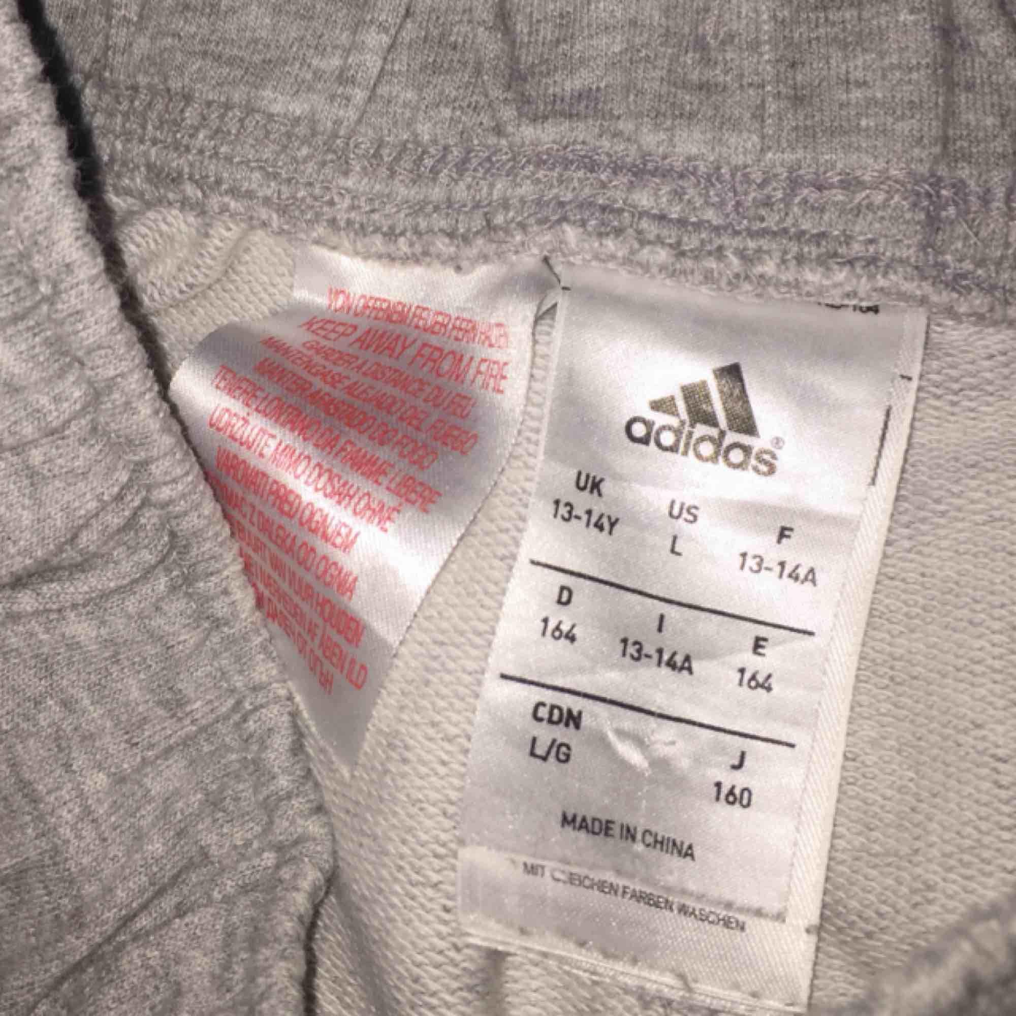 Adidas byxor köpta på adidas butiken, mycket sköna och inte alls mycket använda☺️☺️. Jeans & Byxor.