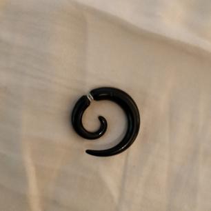 Örhänge som inte kommer till användning men älskade den förut. Fejk töjning. Glansigt svart. Lätt.