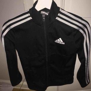 Adidas kofta i svart och vit, strl 140=XS, väl skick och saknar hål/fläckar