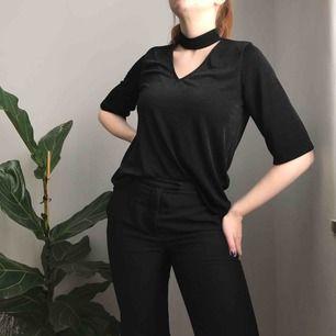 Svart v-ringad tröja med halvlånga ärmar från Gina Tricot • storlek S men passar också M • i mycket bra skick!
