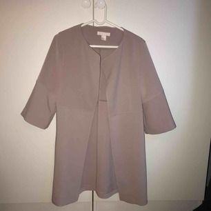 Ljus rosa/lila/beige pastell-aktig kappa med halva ärmar från h&m, storlek 34 men sitter väldigt löst så passar även 36. Bara använd ett par gånger. Köparen står för frakt, kan mötas upp i Lund/Malmö