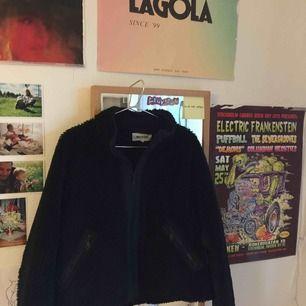 Säljer denna skit snygga flis jacka från weekday då jag inte har plats i garderoben:(( Den är sparsamt använd och i fint skick, jag köpte den för 600kr mitt pris är 350:)) hör gärna av er med frågor eller liknande❤️