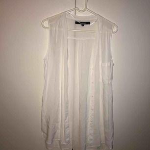 Jätte tunn lång vit skjorta/blus, storlek XS men väldigt stor. Använd några gånger. Köparen står för frakt, kan mötas upp i Lund/Malmö