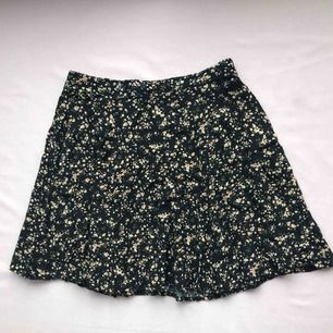 Jättesöt kjol i svart med blommönster från Bik Bok • storlek S, passar XS/S • i bra skick, perfekt i sommar! ☁️Frakt tillkommer☁️
