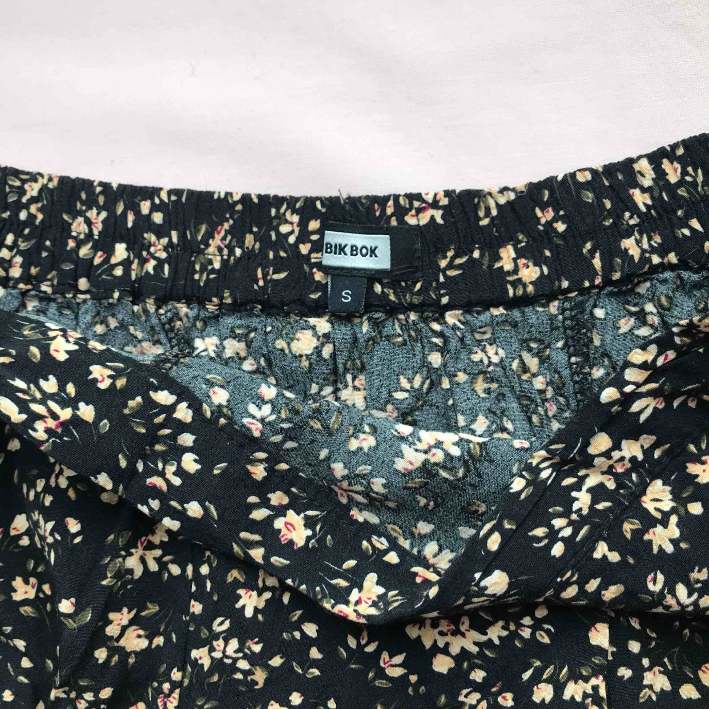 Jättesöt kjol i svart med blommönster från Bik Bok • storlek S, passar XS/S • i bra skick, perfekt i sommar! ☁️Frakt tillkommer☁️. Kjolar.