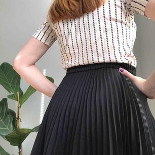 Så tjusig, knälång, plisserad kjol i svart • ingen lapp men kjolen passar storlek S-L pga stretchigt resårband i midjan • väldigt fint skick ☁️Frakt tillkommer☁️