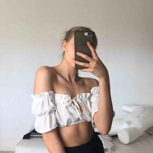 Jag står för frakten  milkmaid top perfekt för sommaren! tunt tyg, ändå inte genomskinlig (bröstvårtorna syns iallafall inte på mig  Använd 2gg- åker varken upp, ner, eller åt sidan när man slänger med armarna, hoppar, dansar, böjer sig ner osv pga resår)
