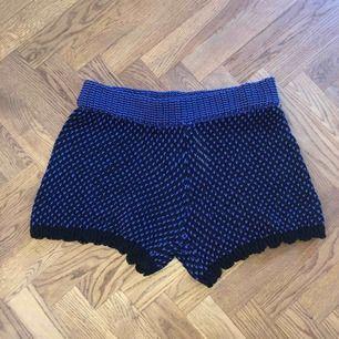 Helt nya oanvända shorts. Svart-och-lila stickade. Superfina men tyvärr för stora för mig! Skulle säga att de snarare är storlek M i midjan!