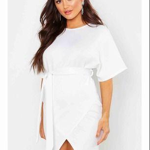 Helt ny vit klänning, beställde till avslutning men passade tyvärr inte. Storlek 36 men passar även 34. Ny pris: 240 kr. Köpare står för frakt!!😊