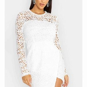 Helt ny vit spetsklänning. Köpte till avslutning men passade tyvärr inte. Ny pris: 460 kr. Köpare står för frakt!!😊