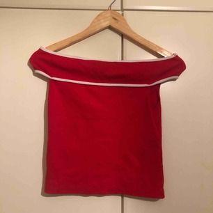 Röd somrig topp sitter jätte fint, köpt från Zara!❣️