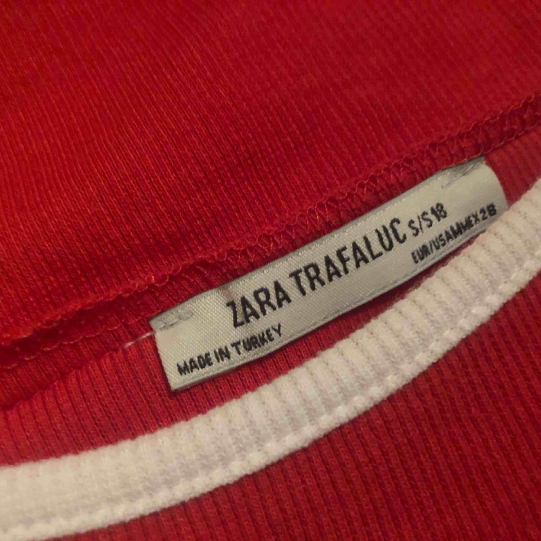 Röd somrig topp sitter jätte fint, köpt från Zara!❣️. Toppar.