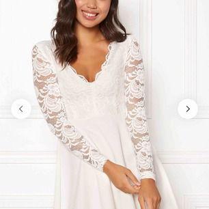 Säljer denna vita klänningen från bubbleroom pga av att jag ångrat mig. Den är slutsåld i S på hemsidan. Perfekt till student eller skolavslutning ✨ Klänningen är oanvänd och prislapp sitter kvar.   Frakt tillkommer 🌸