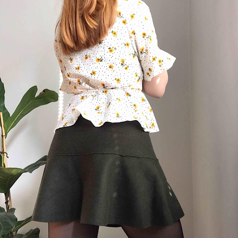 💌Frakt ingår! 💌 Mjuk och väldigt bekväm skogsgrön kjol i fint skick från Zara • storlek M men borde passa storlek 36-40 bäst . Kjolar.