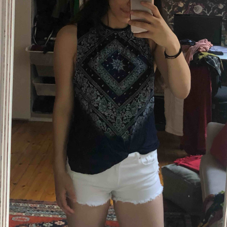Super skön marinblå/vit topp . T-shirts.