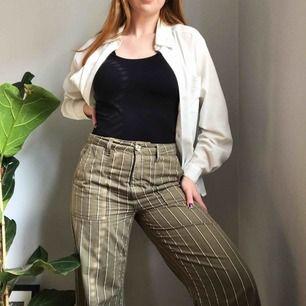 Randiga khakigröna byxor från Urban Outfitters • köpta förra sommaren och använda ett fåtal gånger • storlek S men skulle sitta bättre på en medium eller en liten large ☁️Frakt tillkommer☁️